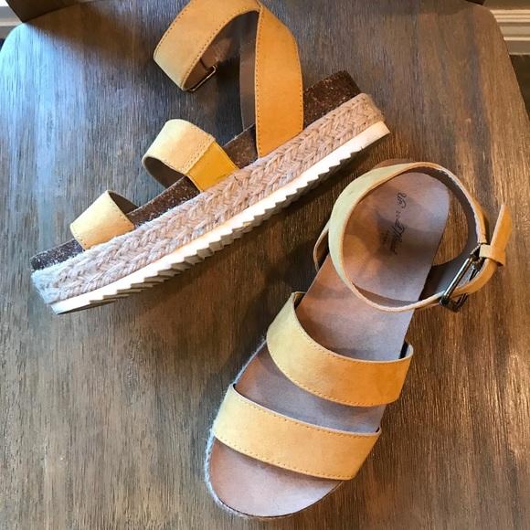 354a0e2ee0da Universal Thread Agnes Platform Espadrille Sandal.  M 5acae3b79a945526903a10f4